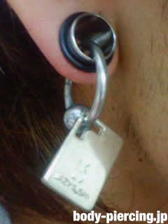 ネオ麦茶さんの右耳のボディピアス写真