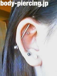 M子さんの右耳のボディピアス写真
