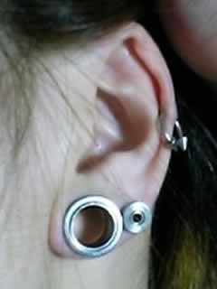 MASAKIさんの左耳のボディピアスの写真