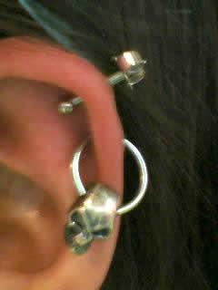 まいちいさんの左耳のボディピアスの写真