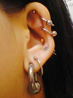 みんこさんの左耳のボディピアス写真