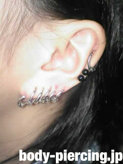 虹さんの左耳のボディピアス写真