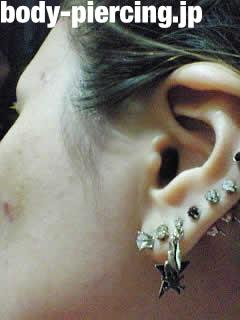 エイミーさんの左耳のボディピアス写真