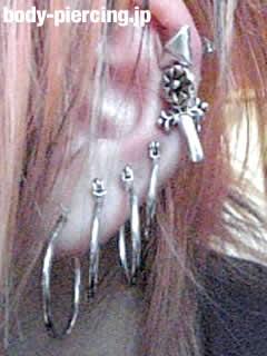 傚 椰さんの左耳のボディピアスの写真