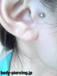 3児mAmAさんの右耳のボディピアス・トラガスの写真