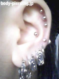 V系ピアス狂女(18)さんの左耳のボディピアス写真