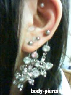 ニアさんの左耳のボディピアス写真