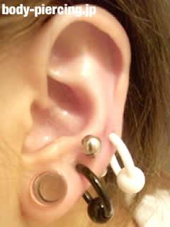 黒井さんの左耳のボディピアス写真